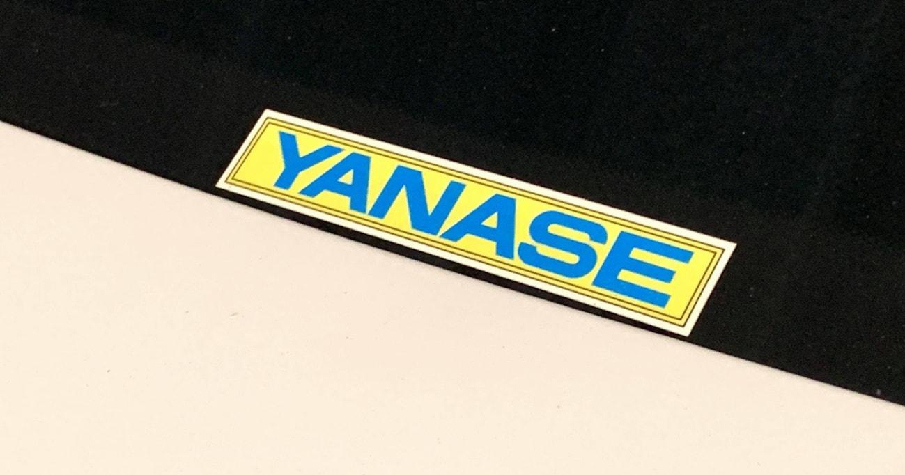 国産車ディーラーのステッカーが年々小さくなるなか、「YANASE」ステッカーが色もサイズも変えない理由
