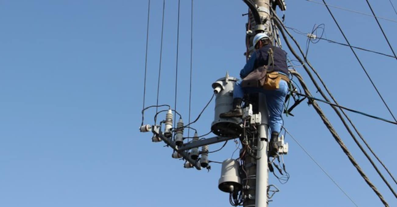 電柱に登った電気工事士を見た母親が残念な一言…「勉強不足」「可哀想な方」と非難殺到
