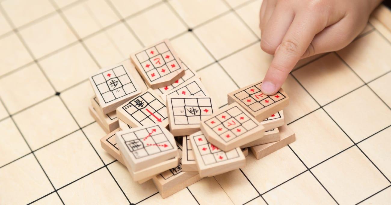 「忘年会を断って、猫と将棋崩しをやっています… 」→ 猫ちゃんの対戦姿に「賢すぎる!」「いつまでも見ていられる」と絶賛の声