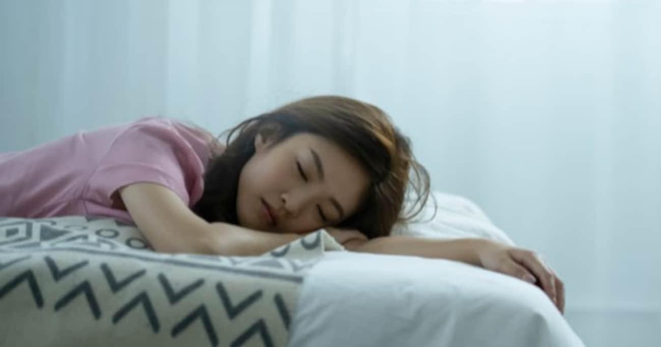 「眠いというよりいつの間にか寝てる」生理前の眠気の強さを知った男性の投稿に、共感の声が殺到