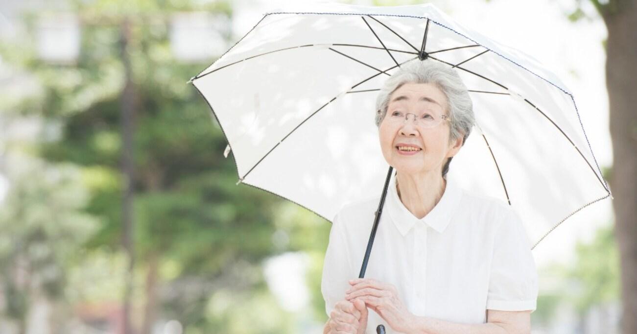 粋な感染症対策? お互いに日傘を差していると自然と一定の距離感ができる! 近所のおばあさんのアイデアにツイ民脱帽