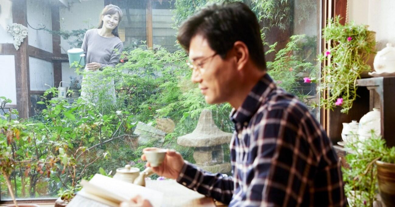 窓辺で読書をしていたら嫁に「素敵…」と言われた、だが僕が読んでいたのは…まさかの展開に「ギャグやん」「そんな会話したいw」とツイ民爆笑