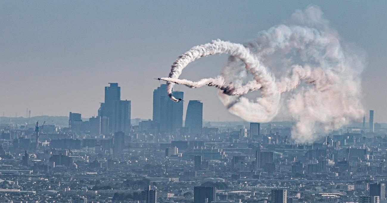 「医療関係者に感謝を込めて」ブルーインパルスの過去の編隊飛行の様子を捉えた力強い写真に相次ぐ称賛の声