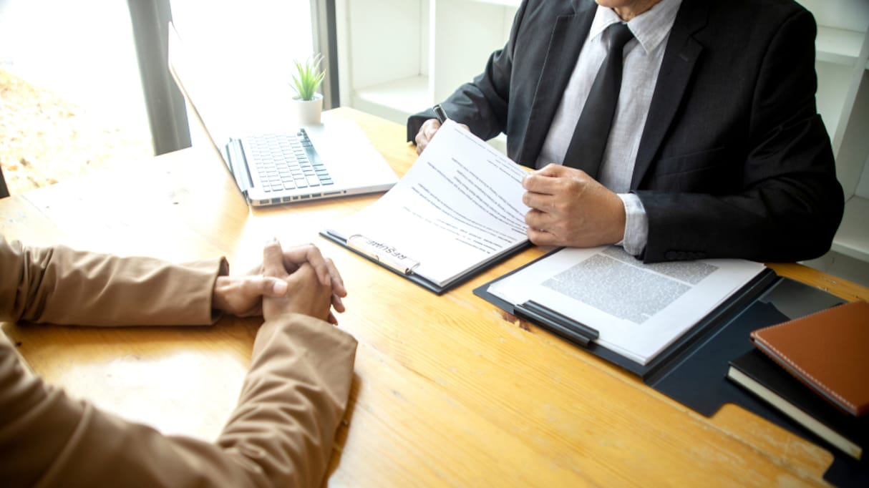「ここで得た情報を外部に漏洩しません、した場合は…」退職時にこのような誓約書へのサインを求められたら、どうするべきか…?雇用側・被雇用側の両方から意見が集まる結果に