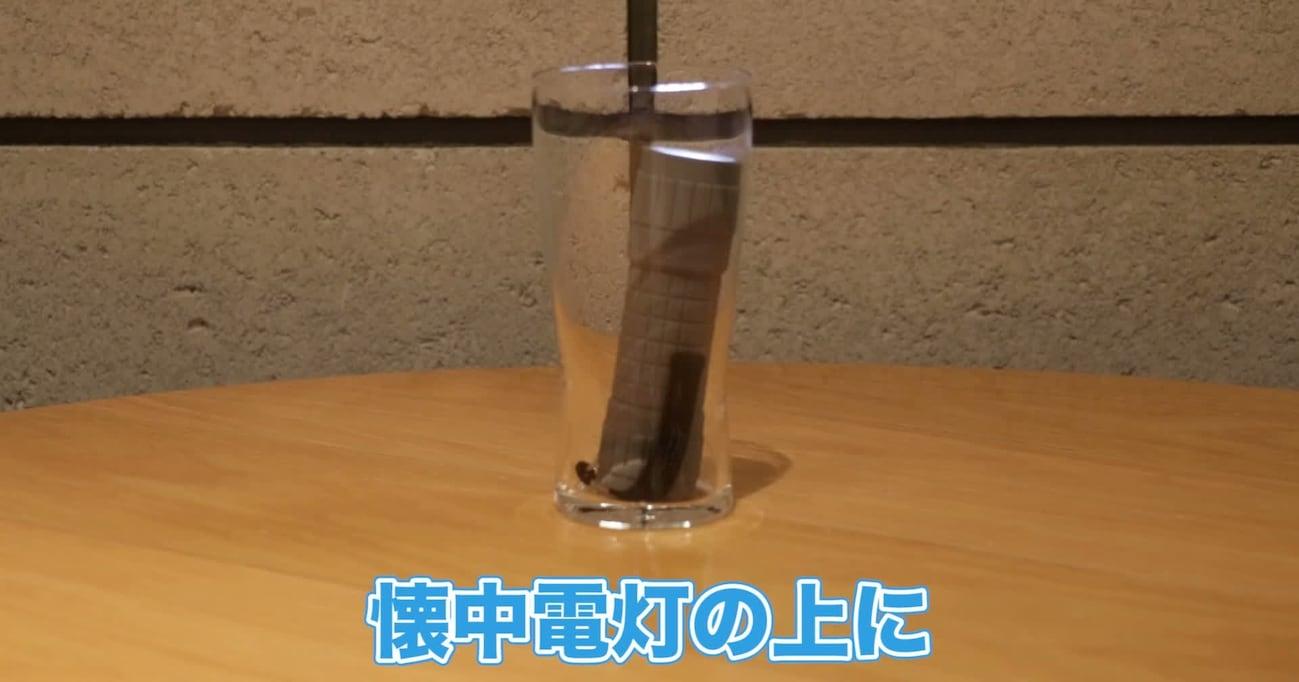 【台風対策】懐中電灯の上にペットボトル置くと…もしもの時に役立つランタンが完成します!