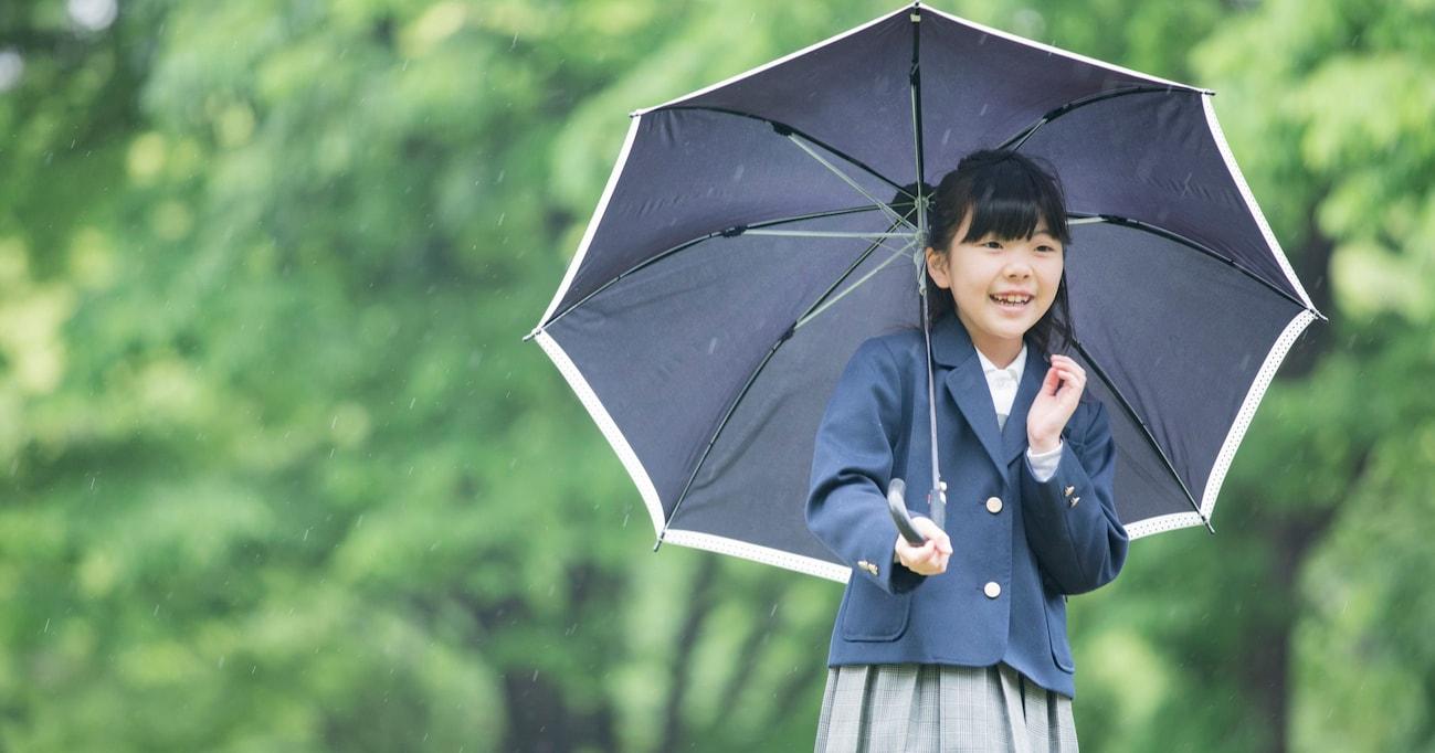"""「雨傘はいいのになぜ?」 """"登下校中の日傘利用"""" を禁止する小学校 その理由に保護者からは疑問の声続出"""