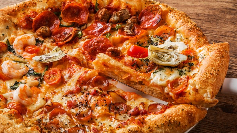 実は食べ方も異なる?「ピザ」と「ピッツァ」の違いとは