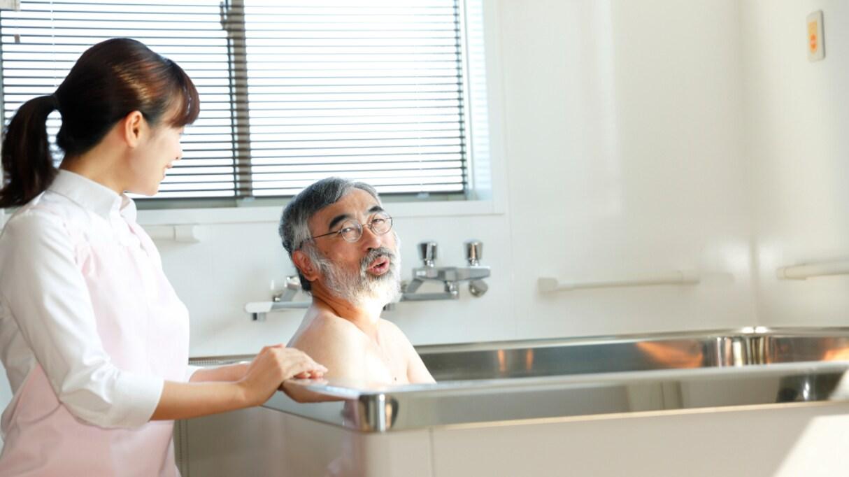 """入浴中「はよせい!」とツバを吐きつけてきた利用者…介護職員の """"人権問題"""" が考えさせられる"""