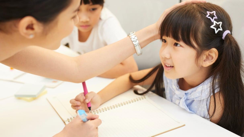 「教師は誤った学習をしている」褒めると成績が下がり、怒ると成績が上がる…という勘違いに鋭い指摘!