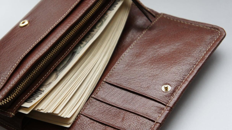 """無人の駅で拾った """"100万円入りの財布"""" を本人に届けると謝礼で30万円をもらい…その後の行動に感動の声"""