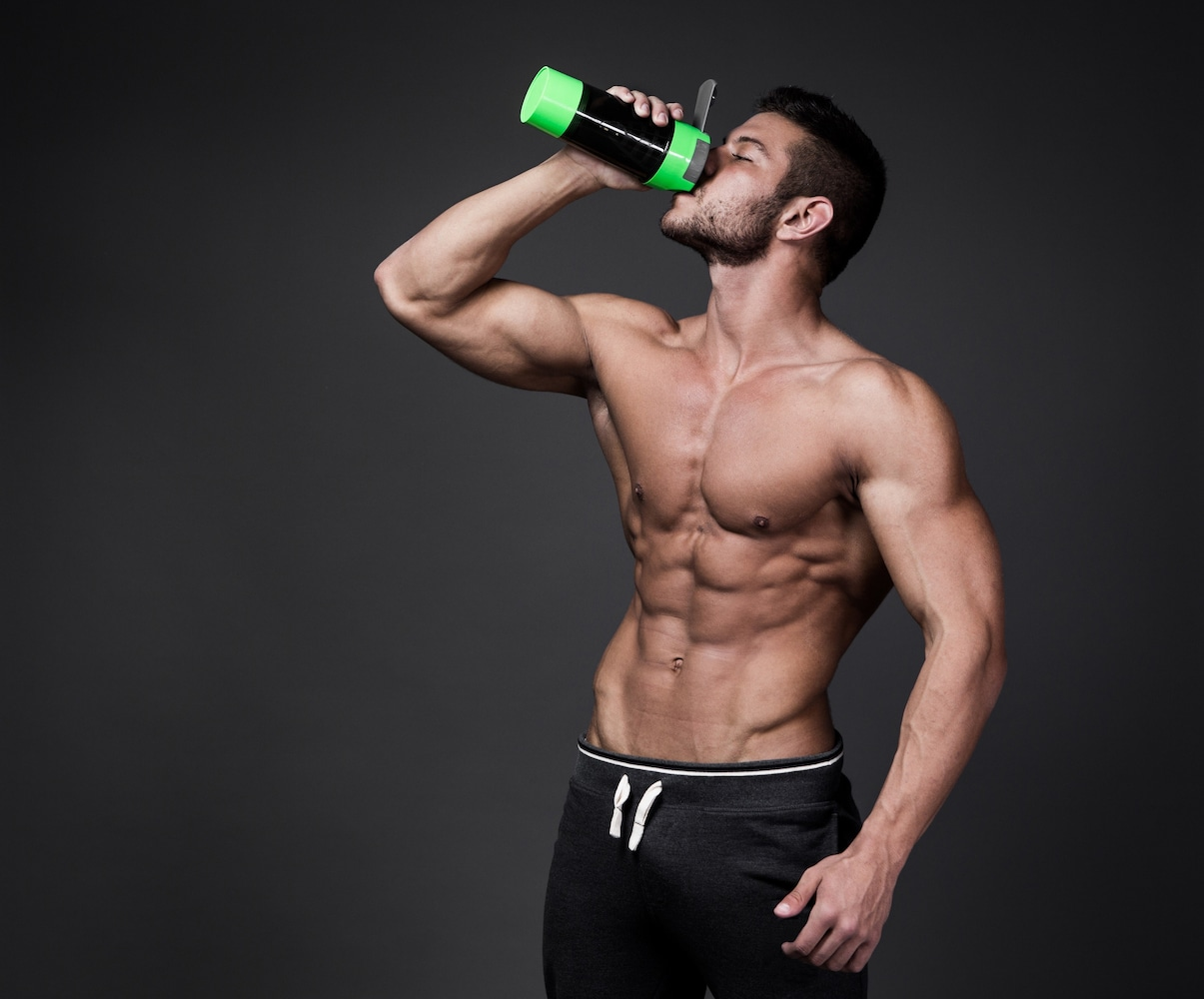 プロテインを飲むマッチョな男性