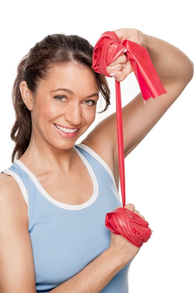 トレーニングチューブを持つ女性