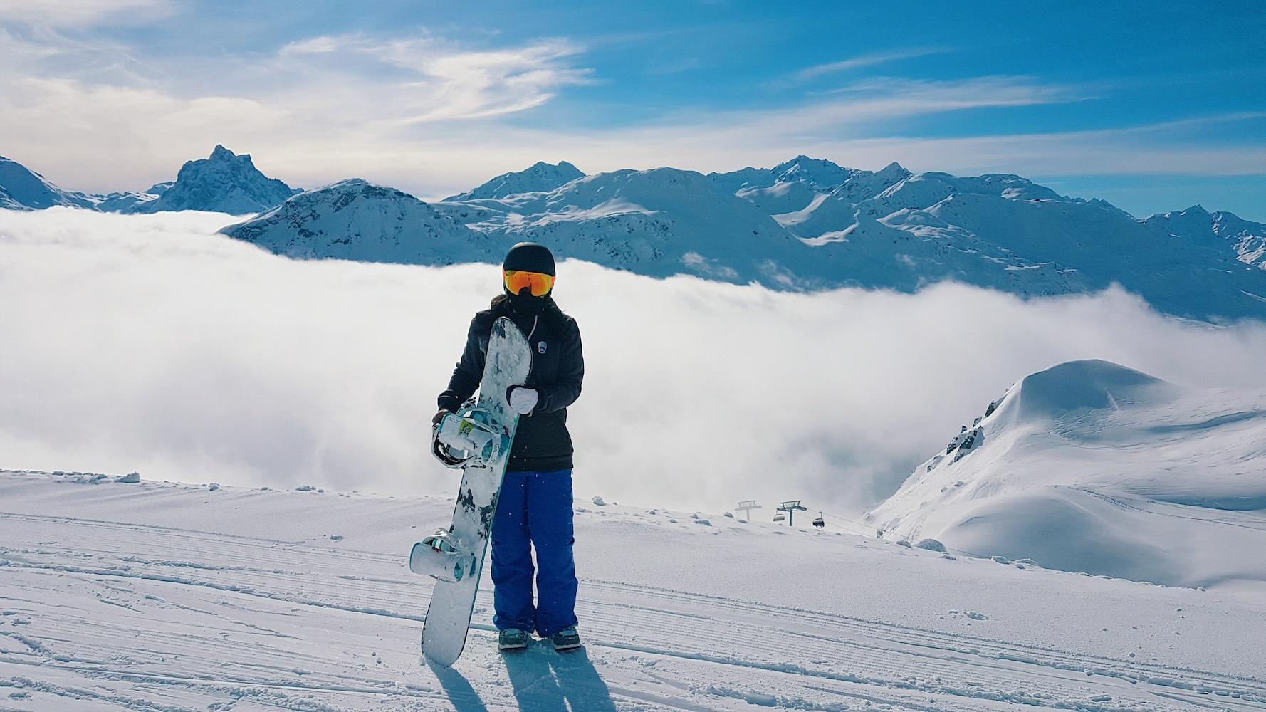 ヘルメットをかぶったスキーヤー