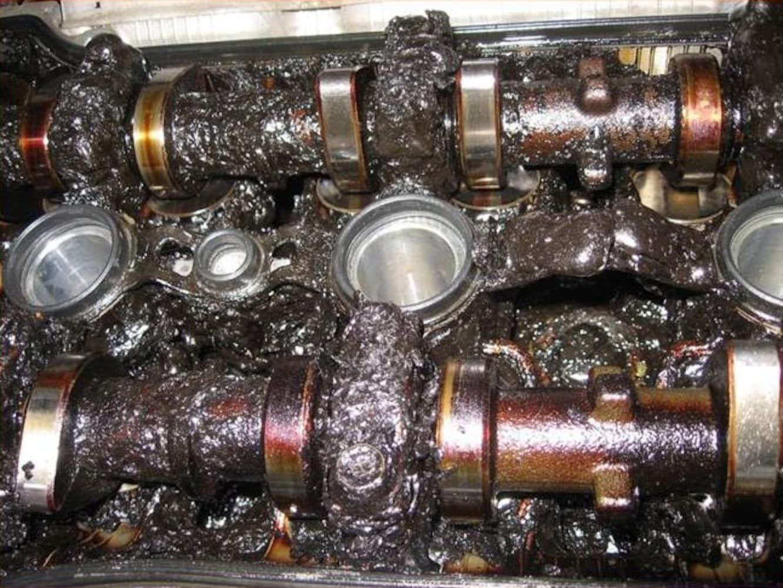 定期的にオイル交換を行わず破損したエンジン内部