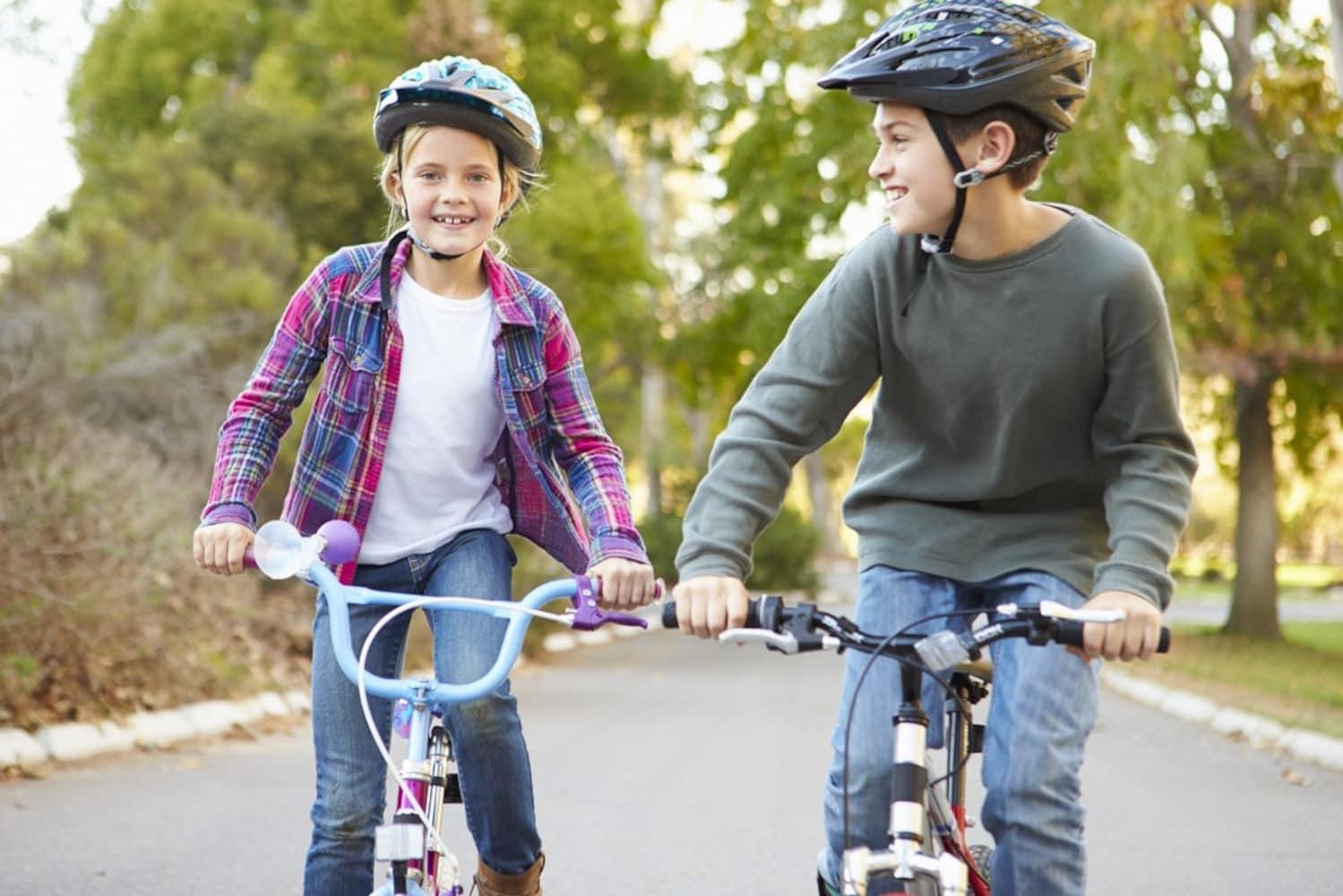ロードバイクに乗る子供