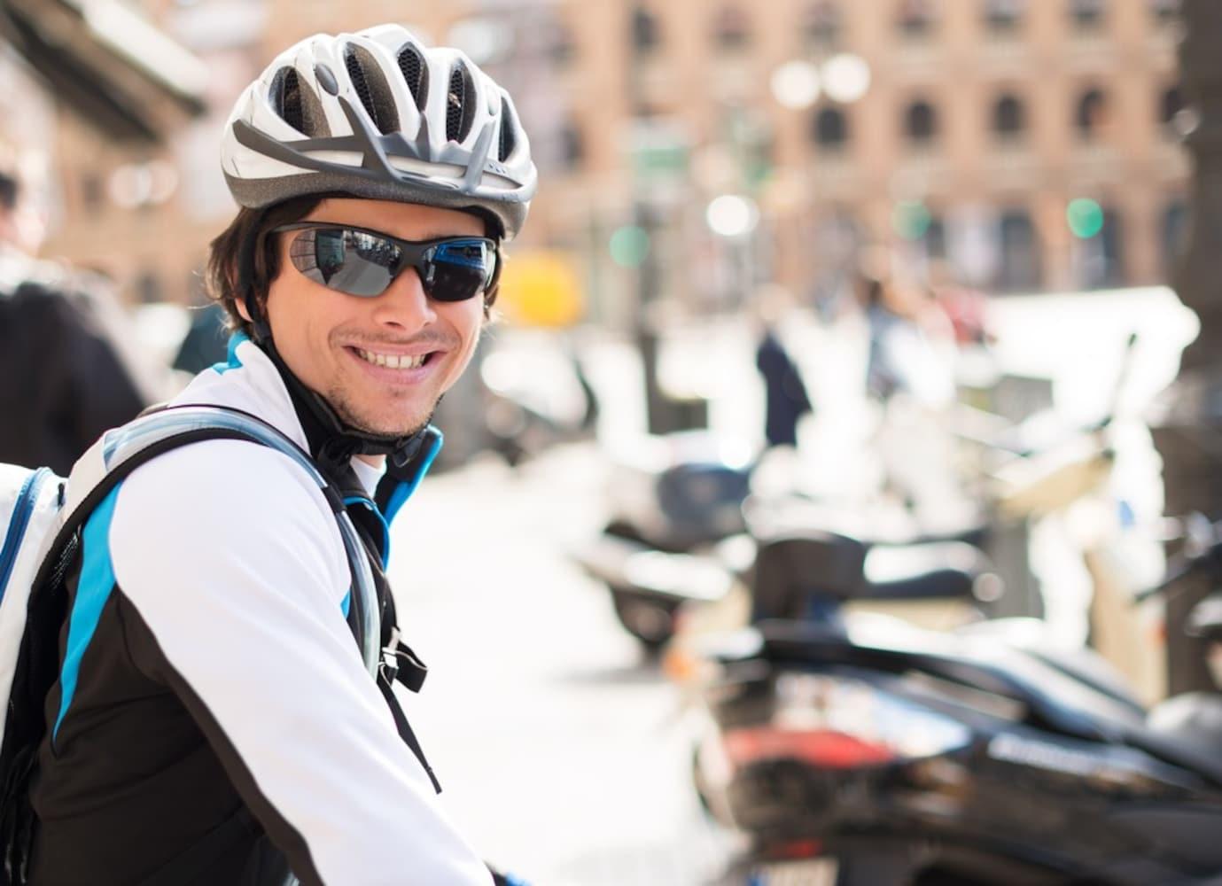 ヘルメットとサングラスを身に着けた男性ライダー