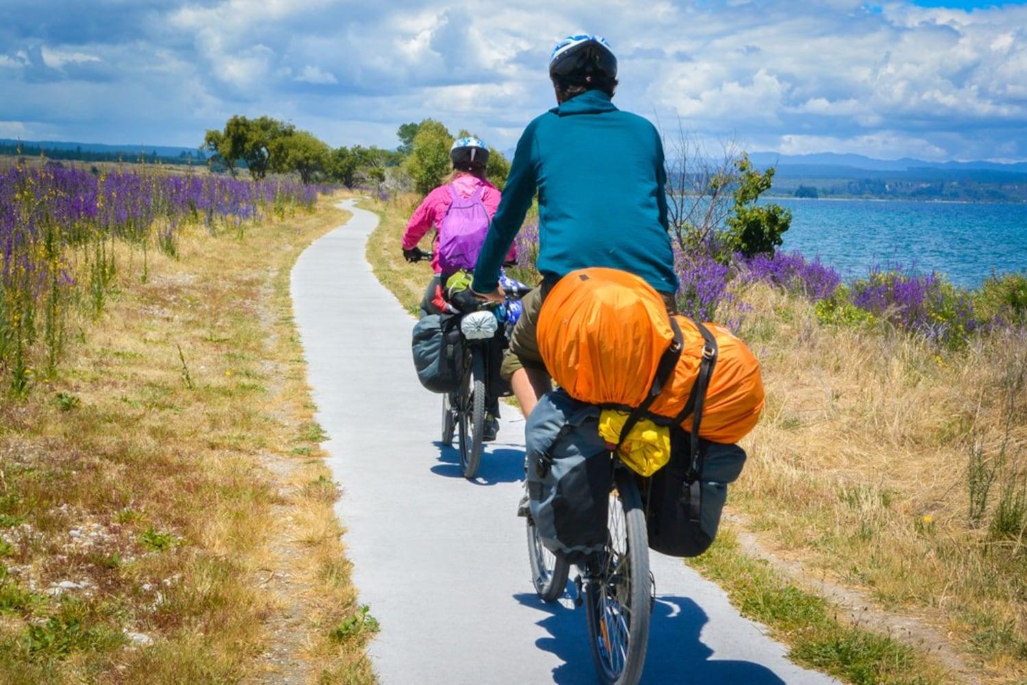 ロードバイクで旅する男女