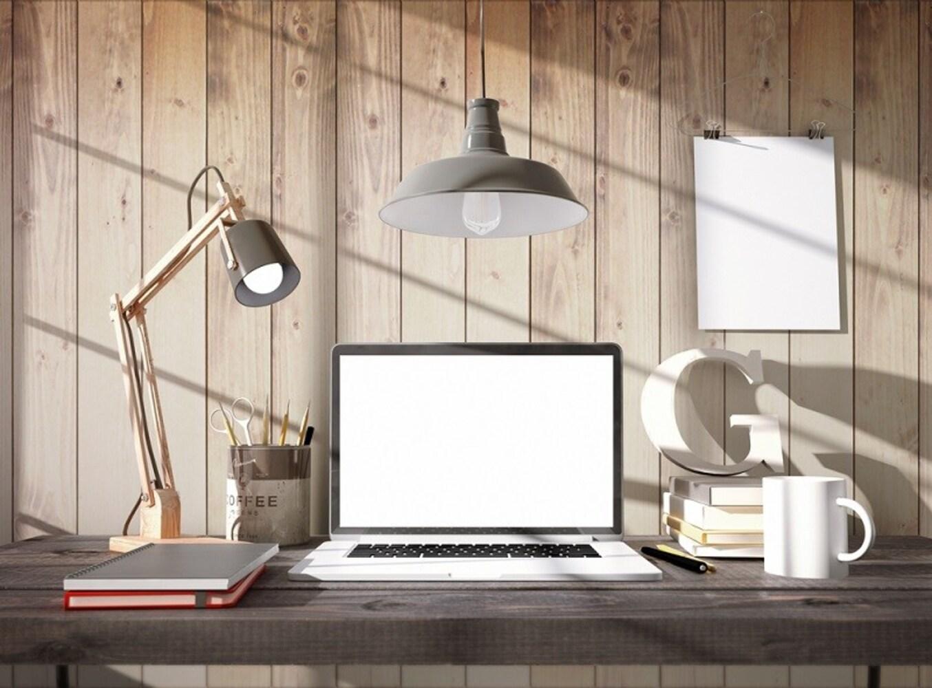 デスクライトとノートパソコン