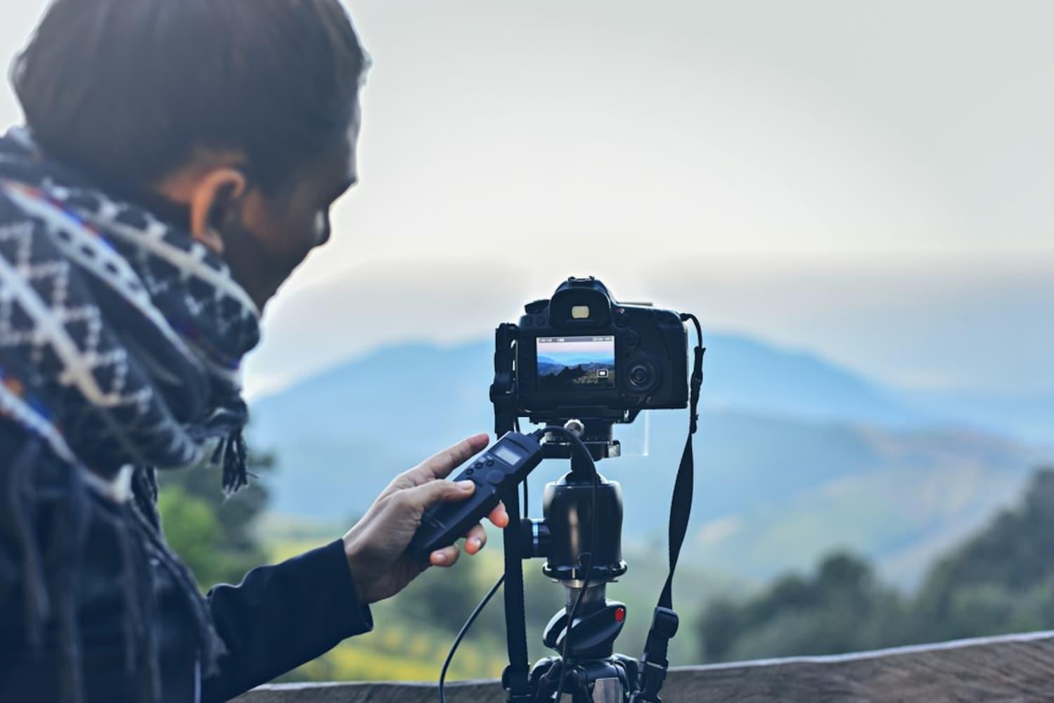三脚を使って撮影する男性