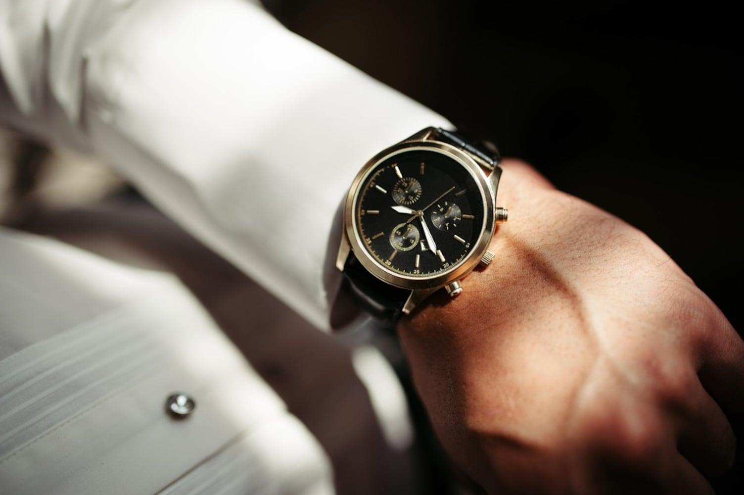 腕時計をする男性の手