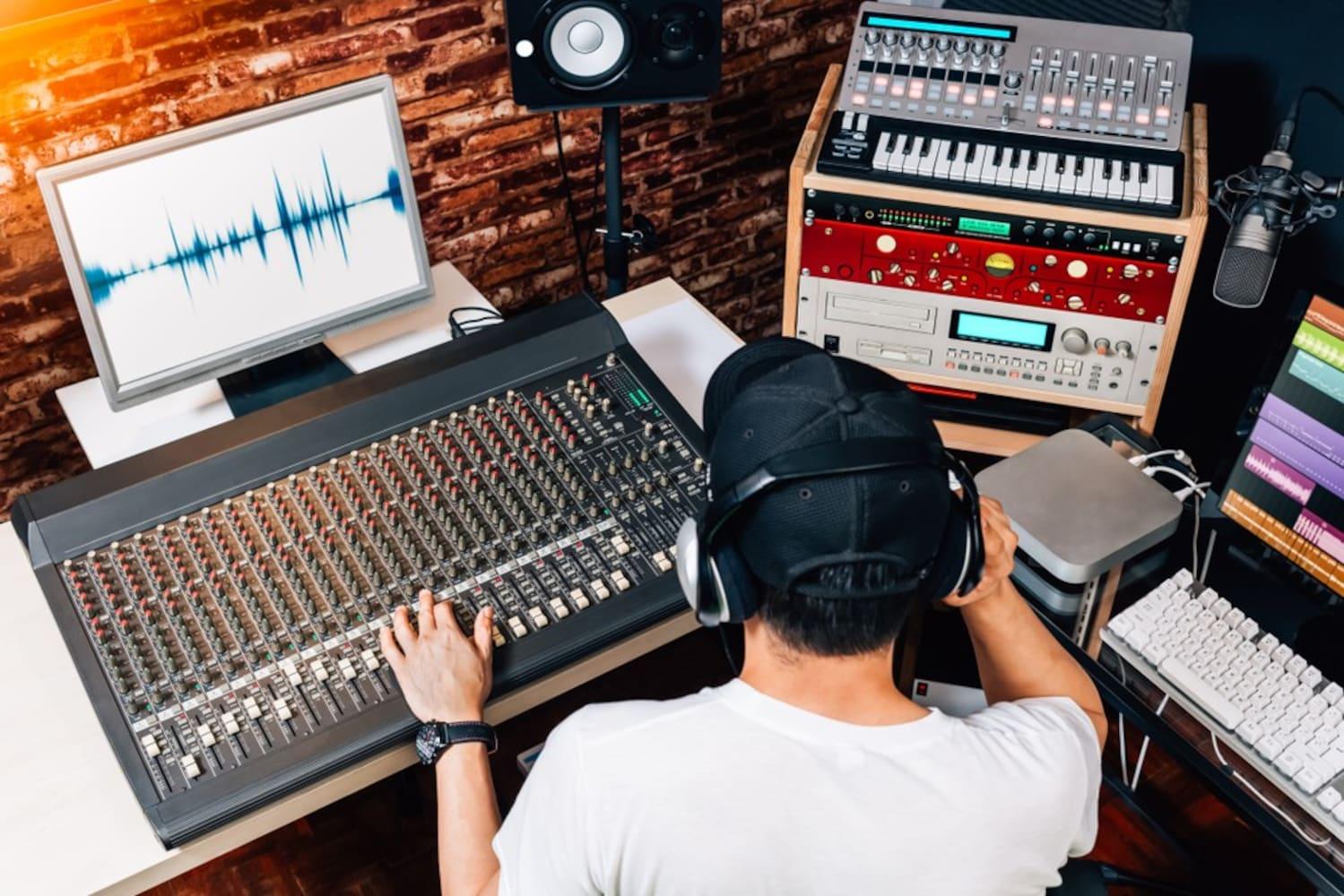 スタジオで作業をしているサウンドエンジニアの男性