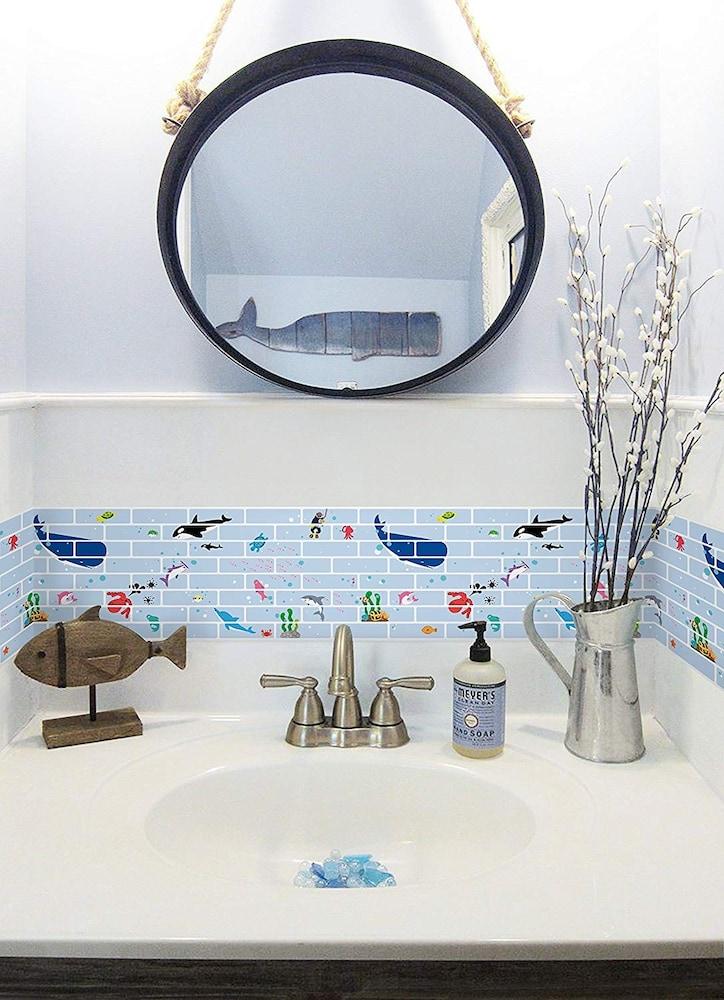 イラスト入りモザイクタイルを貼った洗面所