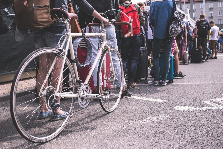 並んでいる人々とロードバイク