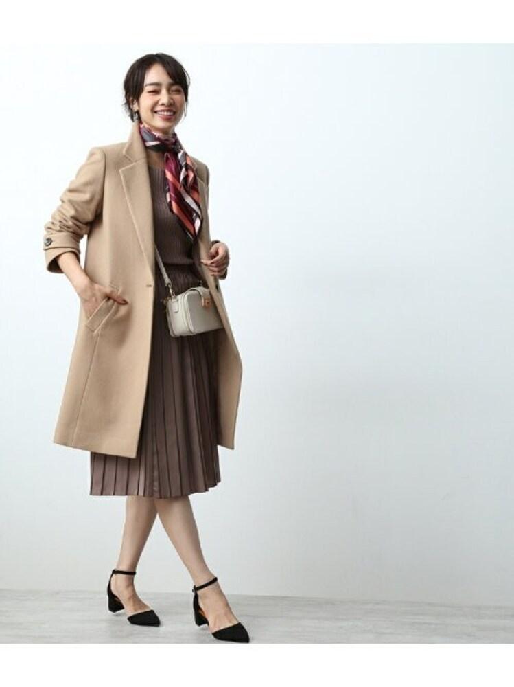 ウールコートを着てるきれいな女性