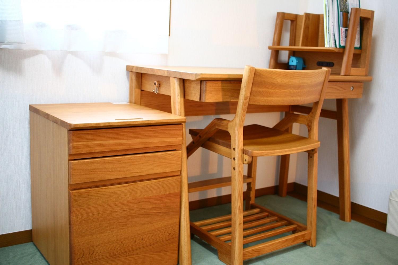 学習机のそばにあるワゴンデスク