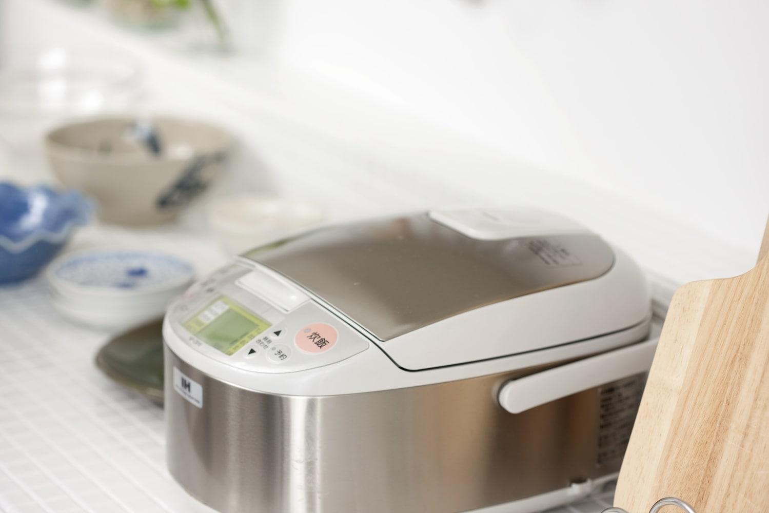 キッチンに置いた炊飯器