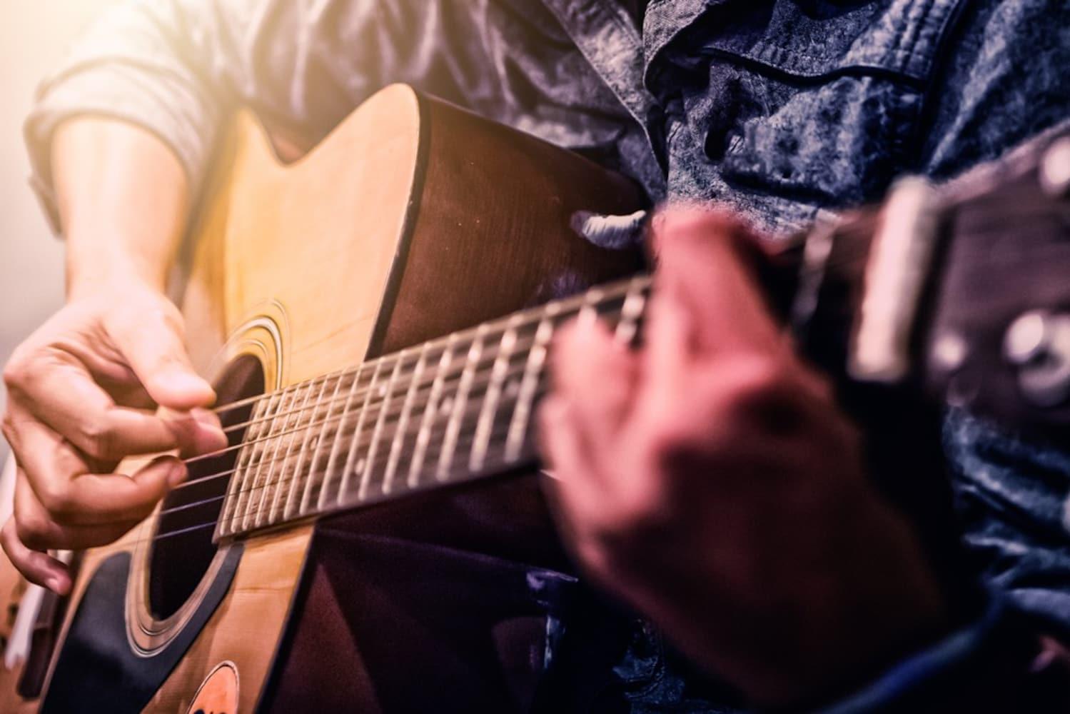 アコースティックギタープレイヤー