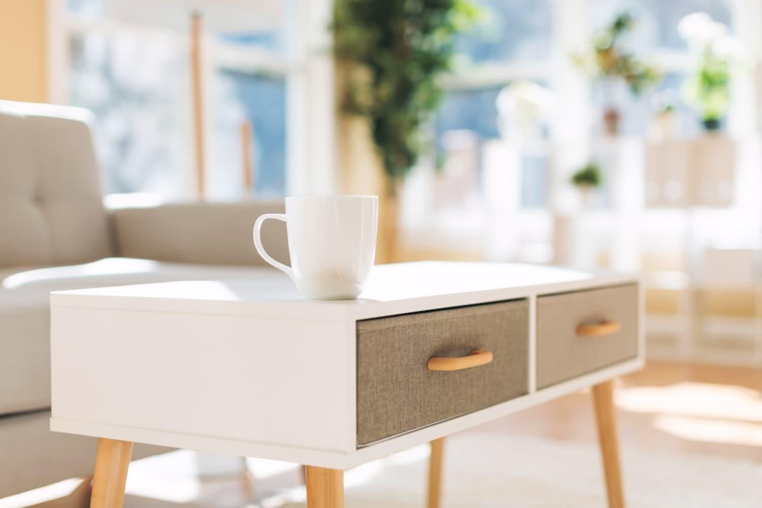 テーブル周りをスッキリと見せる引き出し付きタイプと棚板付きタイプ