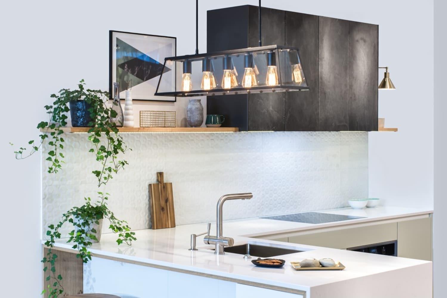 種類3|対面キッチンや壁型キッチンをおしゃれにする「ペンダントライト」