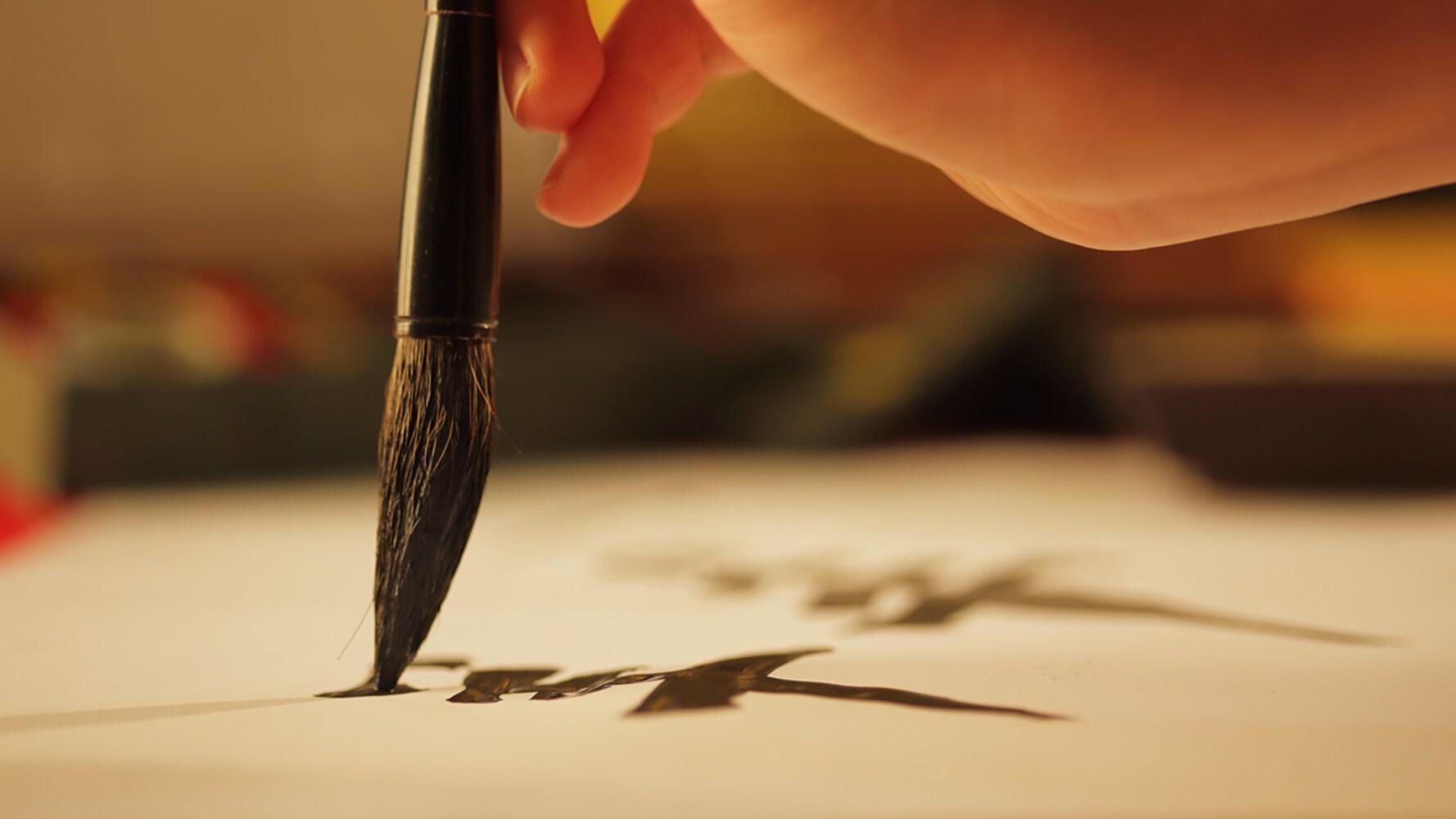 すき方 にじみやかすれが綺麗な「手すき」、墨本来の色が出る「機械すき」
