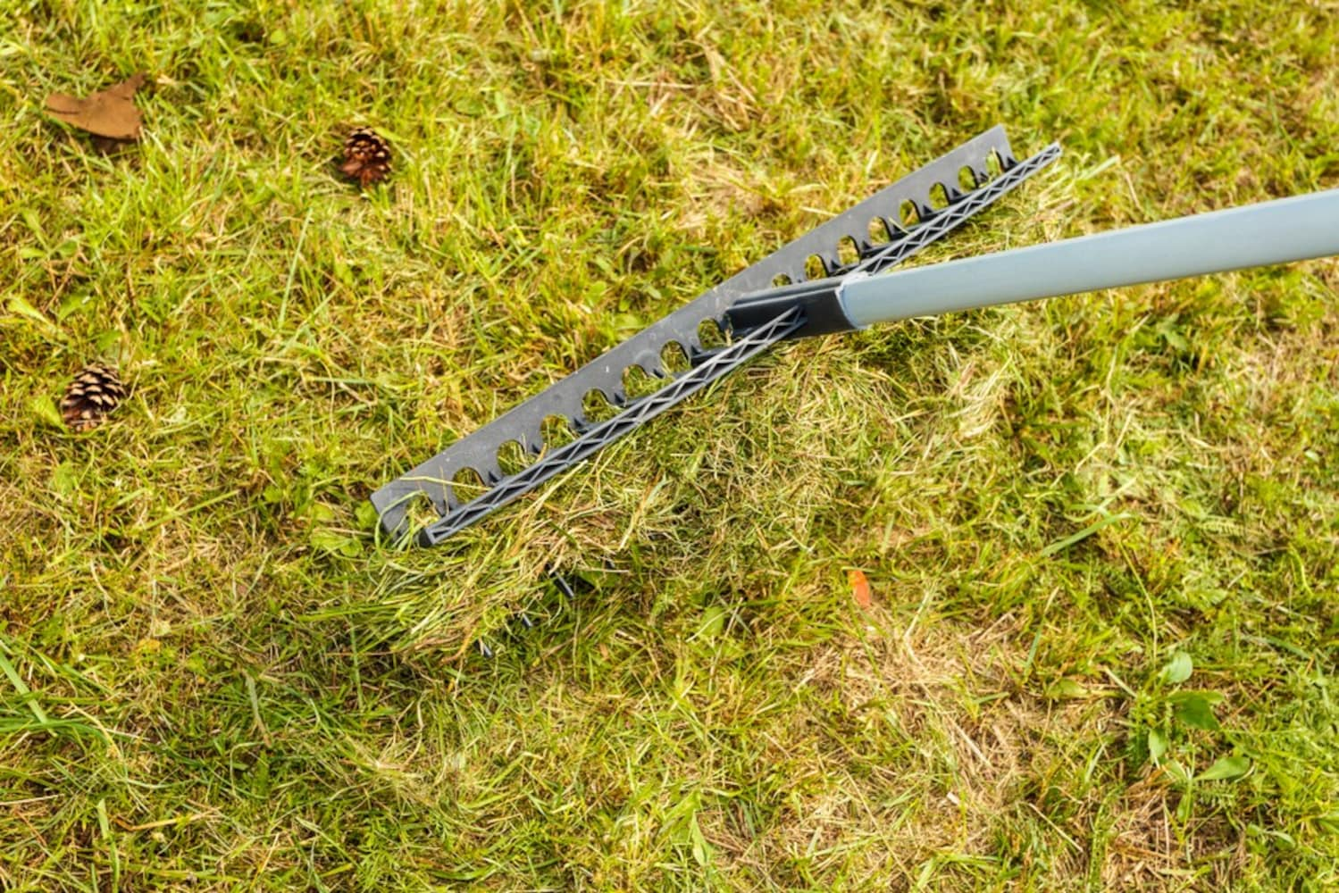 タイプ|地面ならしに便利な「目土ならしレーキ」草や土に使いやすい「草刈りレーキ」