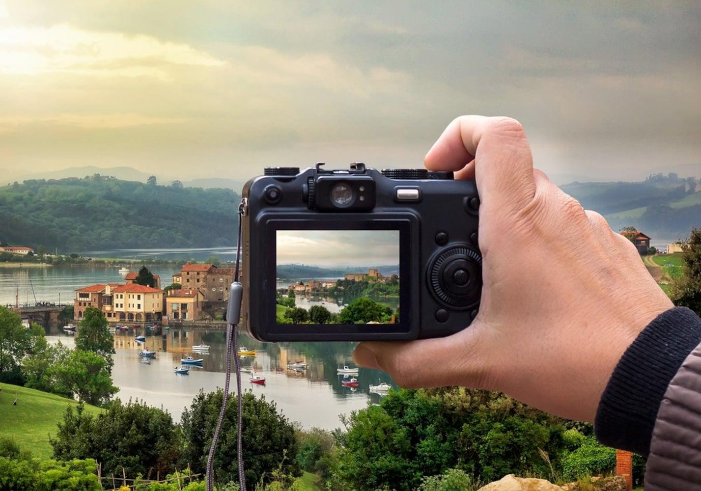「焦点距離」と「F値」は、レンズの基本的な性能を表す数値であり、ふたつの数値はレンズの明るさを決める上で大切です。焦点距離が短いと広角系、長いほど倍率が上がって望遠系のレンズになり、F値が小さいほど明るくなります。ふたつの関係は「望遠できれいな写真が撮れるか」「ボケた感じの味のある写真が撮れるか」などを左右します。