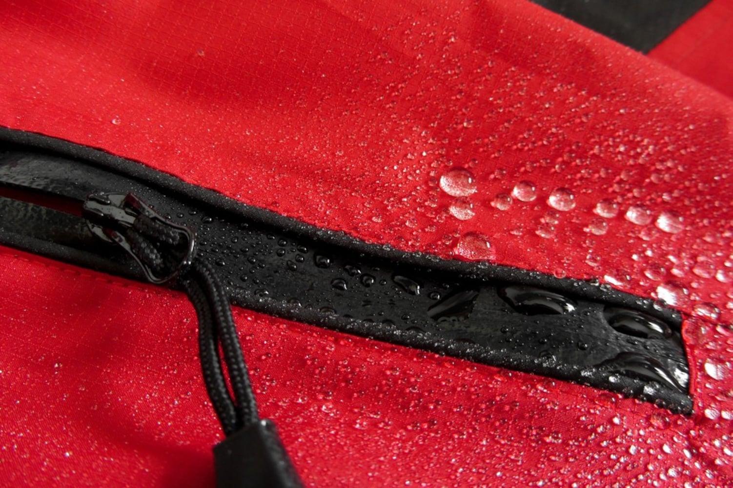 耐水圧|20000mmあると急な嵐にも対応可能、撥水性も忘れずチェック