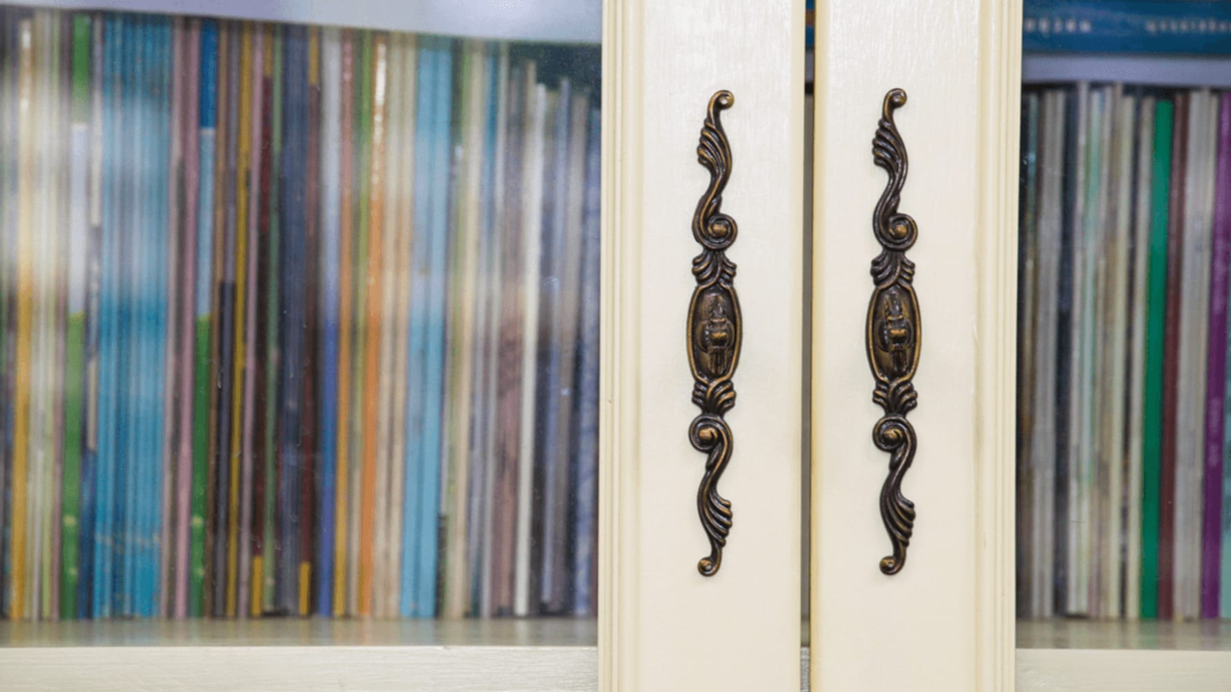 扉|取り出しやすいオープンラック、ほこりのたまりにくい扉付き本棚