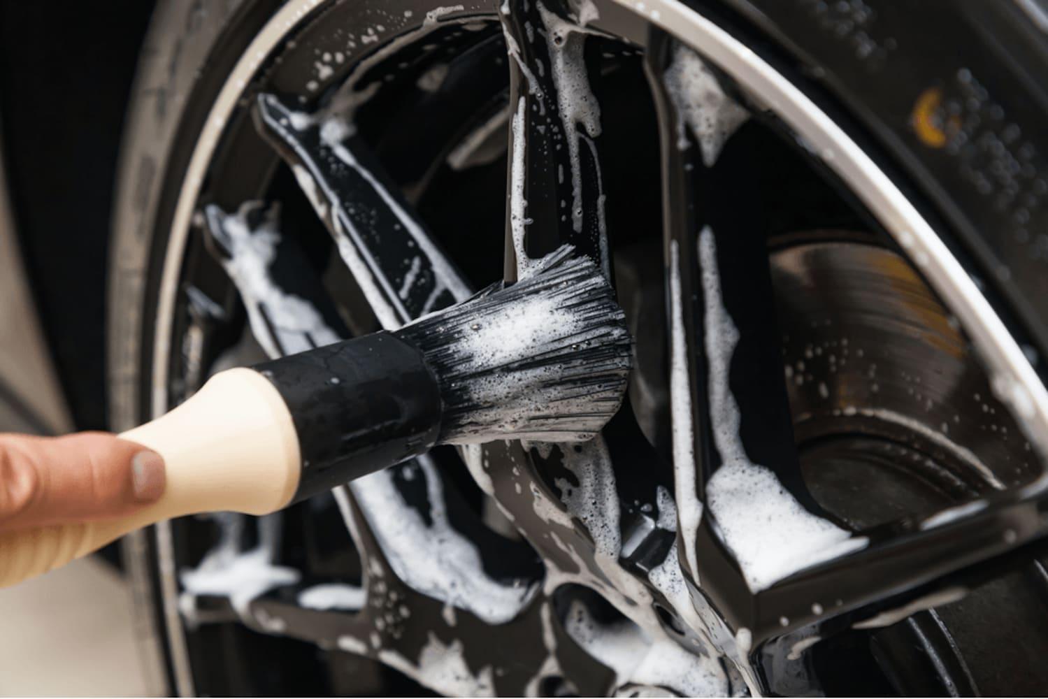 タイヤ、ホイールは硬めのブラシでしっかり落とす!