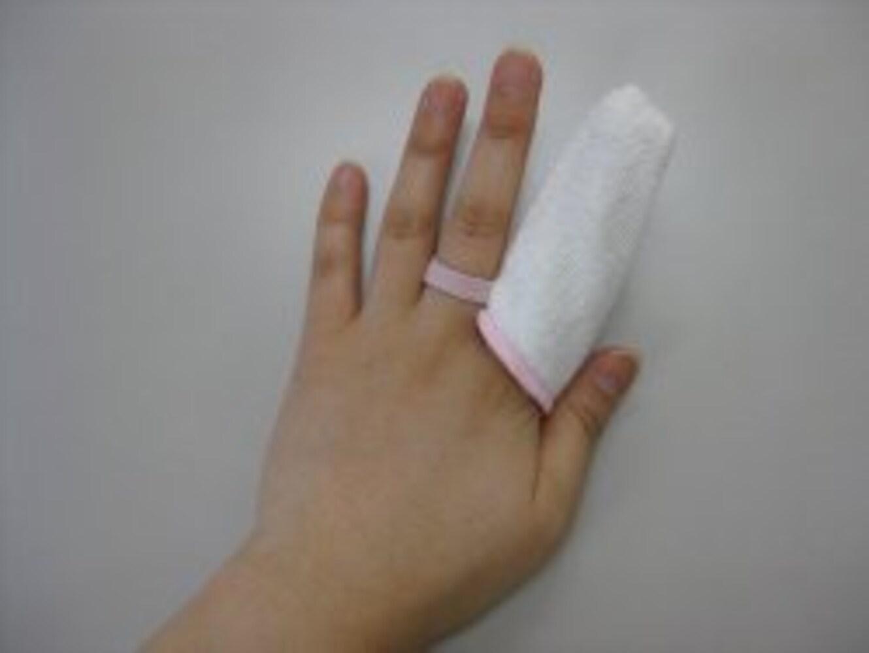 ガーゼを巻いた指
