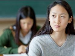 大学生を持つ家庭の世帯年収は830万円?