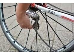 自転車のチェーンがギアから外れた時の直し方