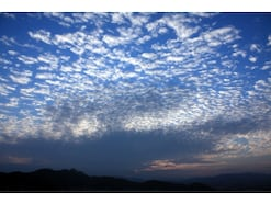 うろこ雲・鯖雲・いわし雲・羊雲…秋の雲の見分け方