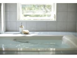 温めるのは危険?ぎっくり腰はお風呂で悪化リスクも