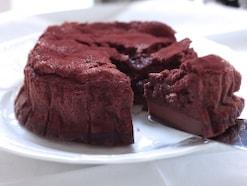 混ぜて焼くだけで3層に、簡単マジックチョコケーキ