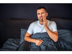 夜になると歯が痛い…考えられる痛みの原因と対処法