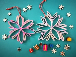 雪の結晶オーナメント作り方!ペーパー芯で手作りクリスマス飾り