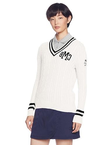 セーターとシャツのコーデ