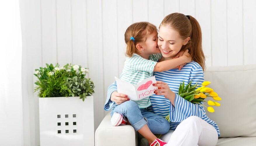母の日をお祝いする子供と母親