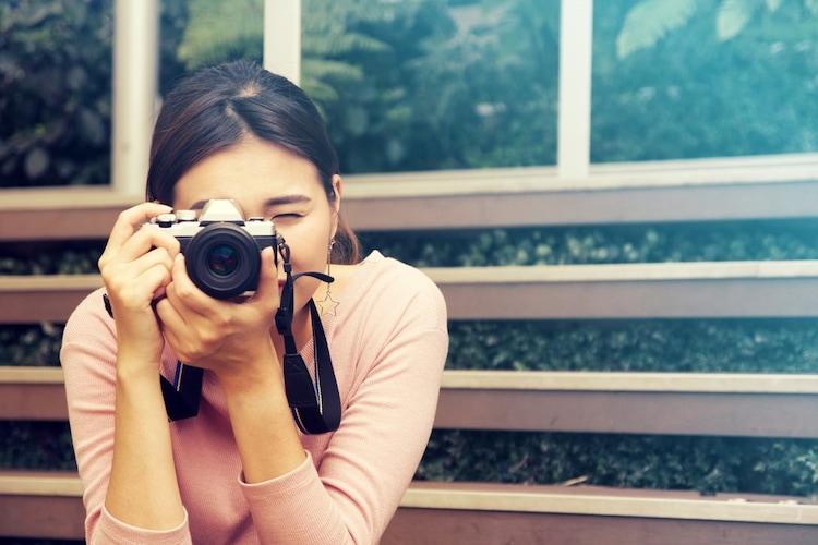 カメラを構える女の子